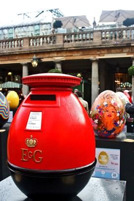 Buzón huevo gigante rojo Covent Garden