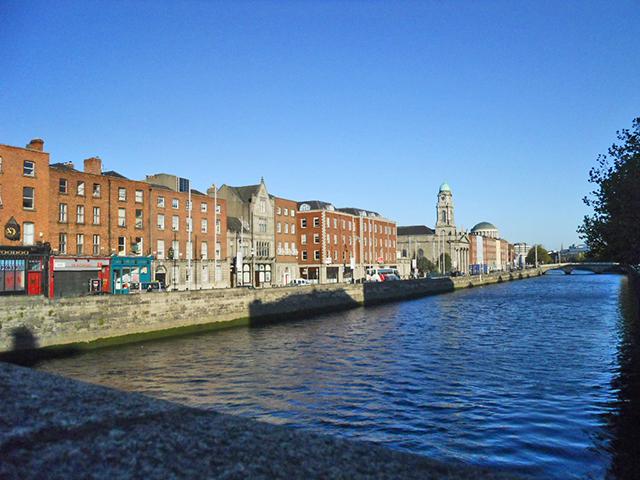 Panorámica viviendas río Liffey Dublín Irlanda