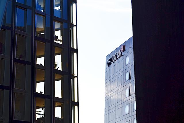 Fachadas rascacielos oficinas enfrentados centro Hamburgo