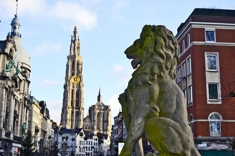 León escultura puerto Amberes catedral