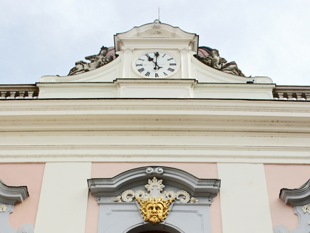 Frontón reloj fachada decoración rococó Palacio Gödöllő Hungría