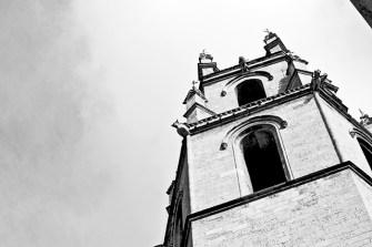 Torre campanario Priorat de Sant Pere Reus blanco y negro