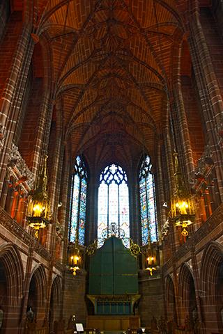Interior Iglesia anglicana vidrieras Giles Gilbert Scott Liverpool