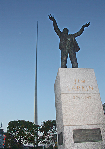 Escultura Jim Larkin detrás The spire centro histórico Dublín