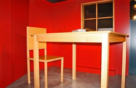 Silla mesa gigantes sala realidad Parque de las Ciencias Granada