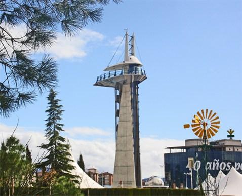 Torre de observacion y edificio astronomico en el patio del Parque de Las Ciencias