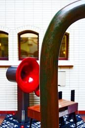 Escultura vanguardista bocina roja acero Hannover