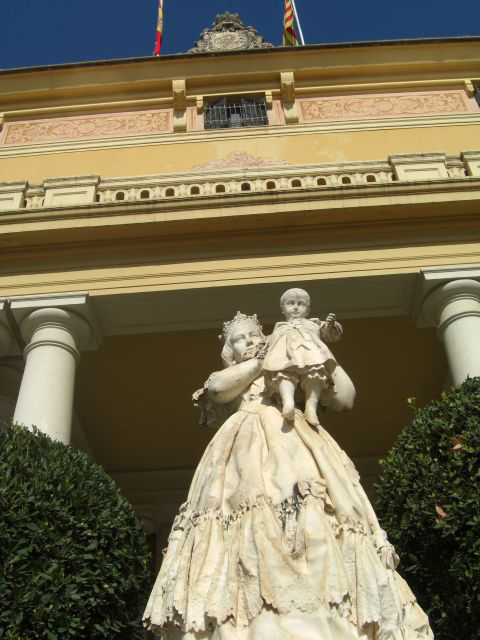 Estatua Virgen niño entrada Museo Pedralbes Barcelona