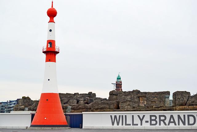 Faro rojo blanco boya puerto Bremerhaven
