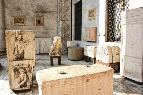 Sala restos interior Museo Lapidario Maffeiano Verona