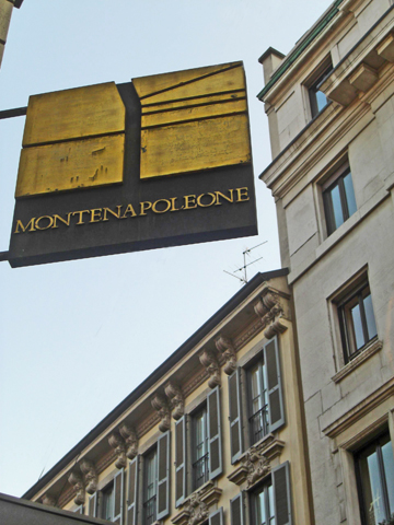 Letrero Via Monte Napoleone calle moda Milán