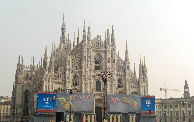 Vistas fachada Duomo gótico Milán Italia