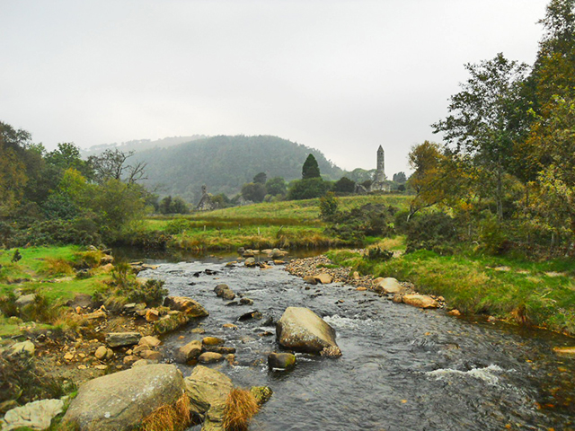 Río rocas paisaje celta Glendalough Irlanda