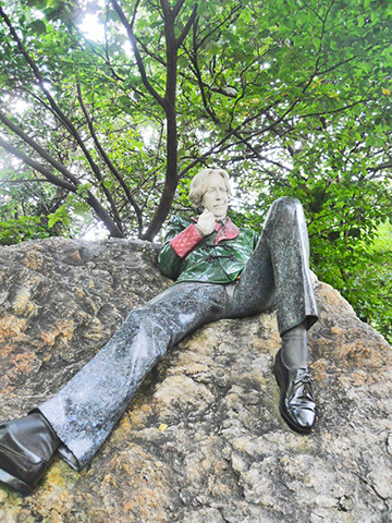 Estatua Oscar Wild escritor irlandés parque Merrion Square Dublín