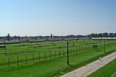 Panorámica césped campo concentración pabellones Auschwitz Birkenau