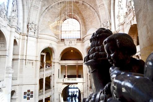 Escultura niño escaleras pilares interior Ayuntamiento Nuevo Hannover