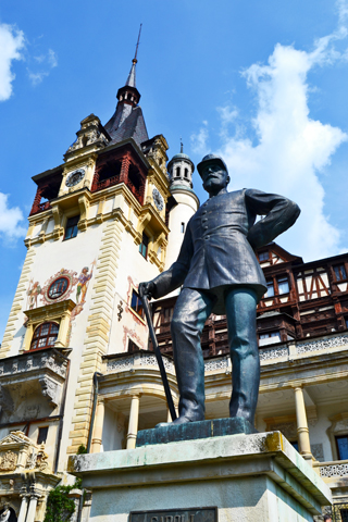 Estatua Carol I entrada Castillo Peles Sinaia Rumanía