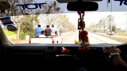 Interior furgoneta Toyota carretera Tailandia