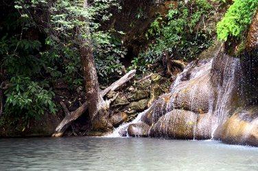 Cascada niveles y árbol Erawan Tailandia