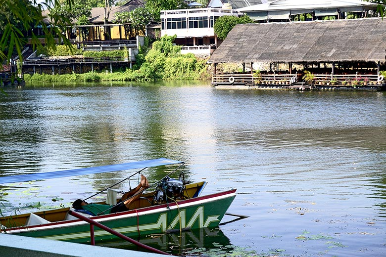 Tailandés durmiendo siesta barca prilla Kanchanaburi
