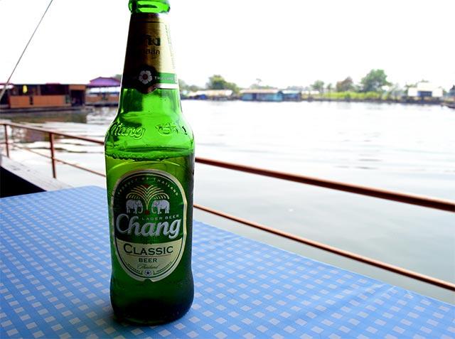 Cerveza Chang restaurante orillas río Kwae Kanchanaburi