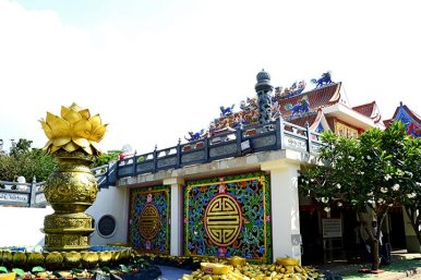 decoración exterior pagoda jardines templo chino Kanchanaburi