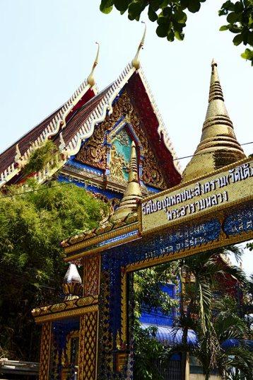 Fachada oro templo budista entrada Kanchanaburi río Kwae