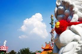 Dragón y obelisco Templo chino y pagoda Kanchanaburi