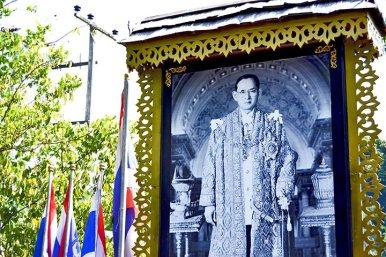Retrato Rey Tailandia presidiendo Mercado Flotante