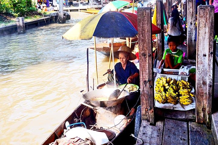 Anciana cocinando barca mercado flotante Damnoen Saduak Tailandia