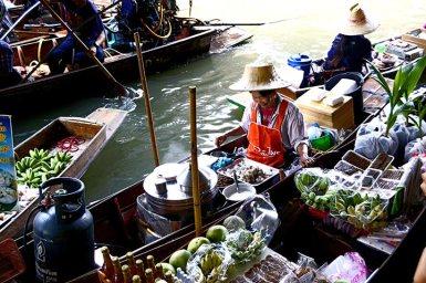 Sonrisa vendedora comida barca mercado flotante Damnoen Saduak Tailandia