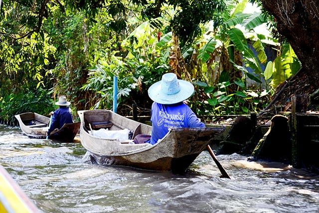 Carrera barcas tradicionales long tail boat mercado flotante Tailandia