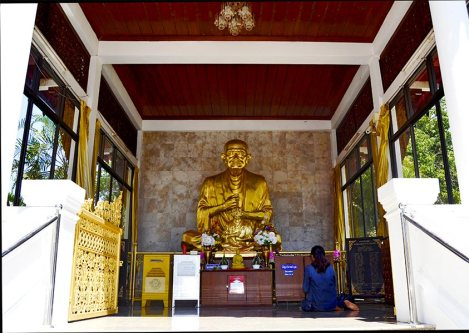 Estatua maestro chino oro templo Lampang