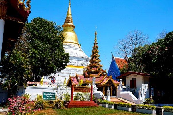 Chedi enorme blanco templo wat Lampang