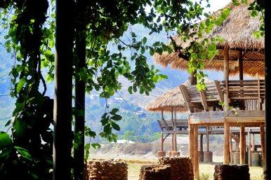 Torres madera tejados paja observación elefantes Elephant Nature Park Chiang Mai