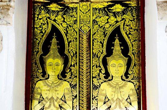 Puerta dorada templo budas simetría Lampang