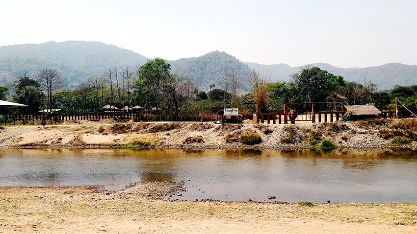 Río charca baño elefantes santuario Elephant Nature Park Chiang Mai