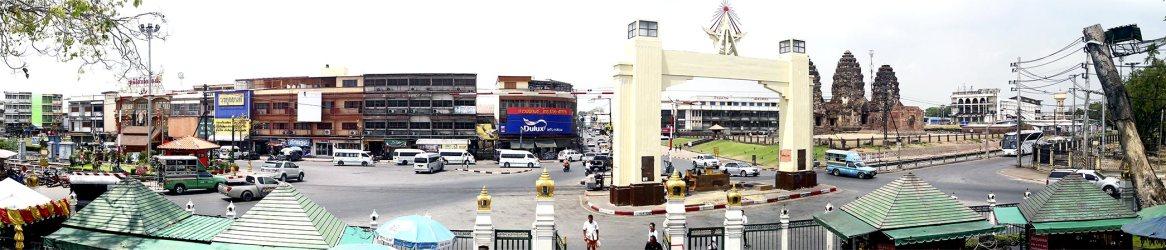 Panorámica cruce templo monos centro histórico Lopburi