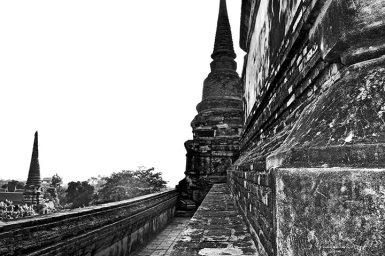 Escaleras templo sagrado restos blanco y negro ruinas Parque Histórico Ayutthaya