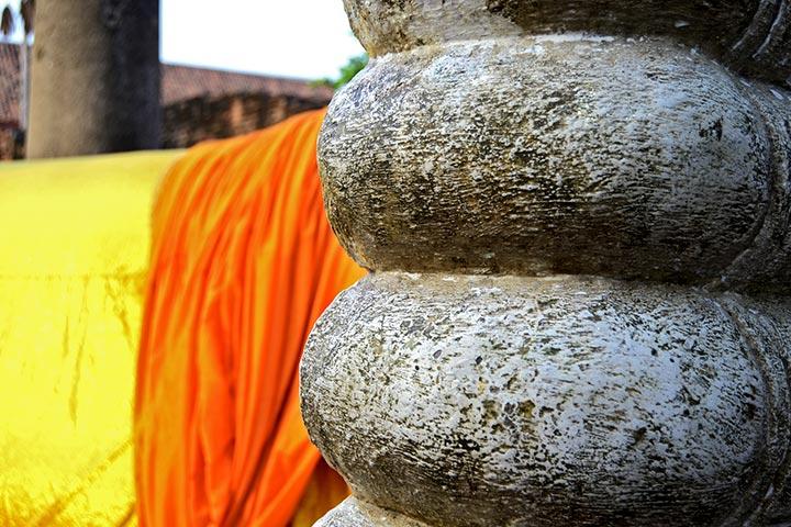 Pie buda recostado manto naranja Wat Chai Mongkhong Ayutthaya Tailandia