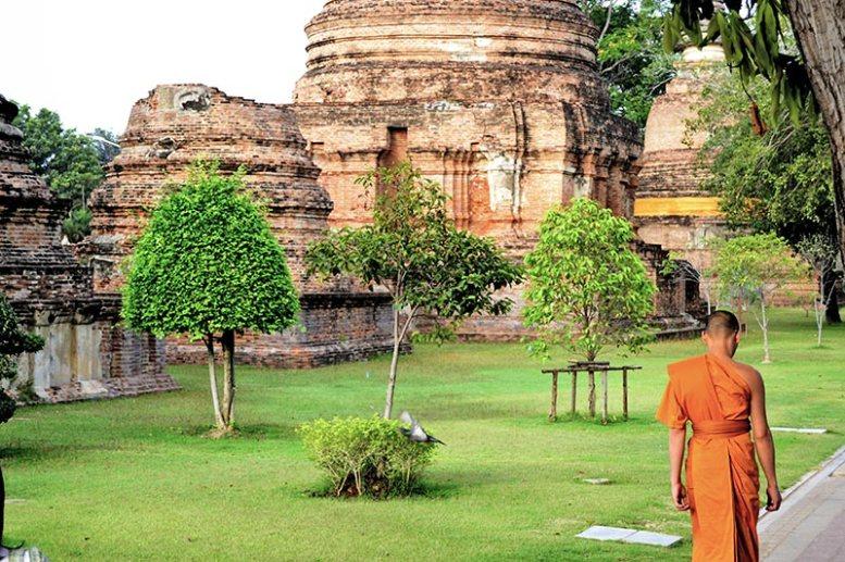 Monje budista restos jardines templos Ayutthaya