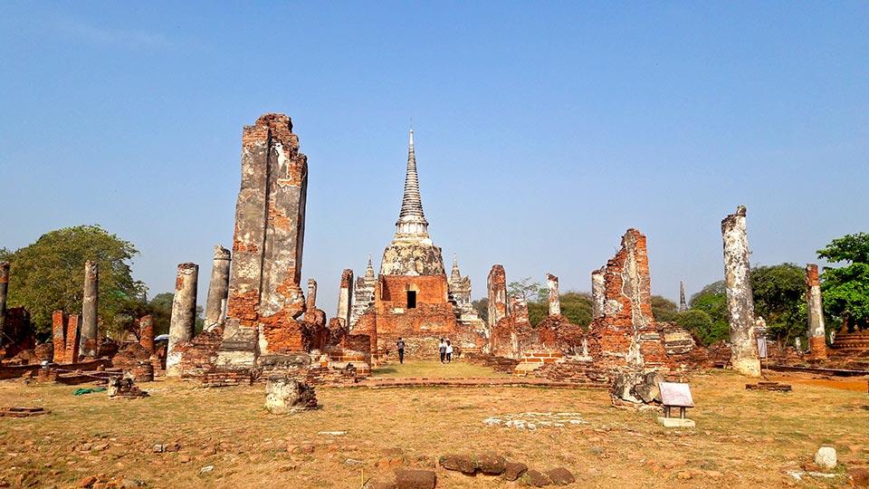 Chedi ruinas templo Ayutthaya Tailandia