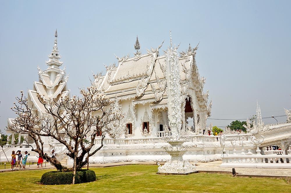 Perfil y césped Wat Rong Khun Templo Blanco Chiang Rai