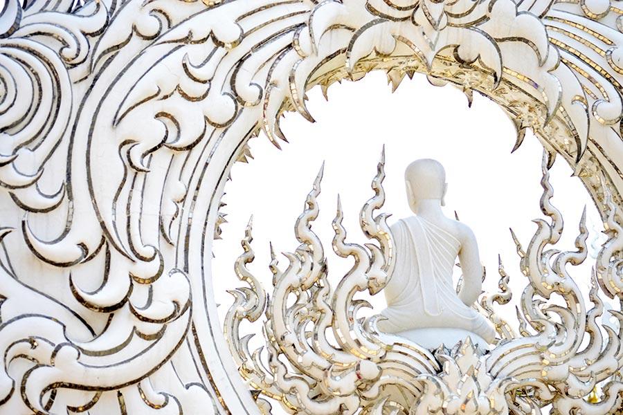 Buda pequeño espaldas Templo Blanco de Chiang-Rai