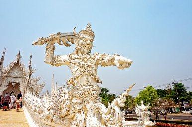 Soldado guardián espada Templo blanco Wat Rong khun