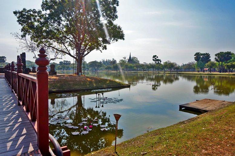 Puente lago y chedi Parque Histórico Sukhothai