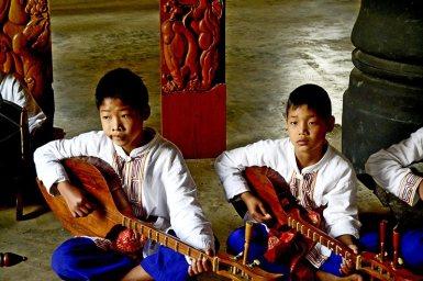 Niños música tradicional Casa Negra Chiang Rai
