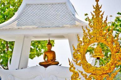 Buda dorado y altar Templo Blanco Chiang Rai