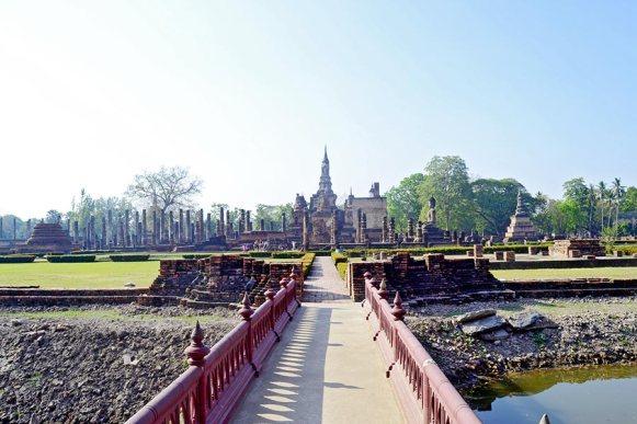 Templo oeste pasarela Sukhothai Tailandia