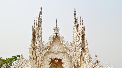 Agujas y decoración extravagante Wat Rong Khun Chiang Rai